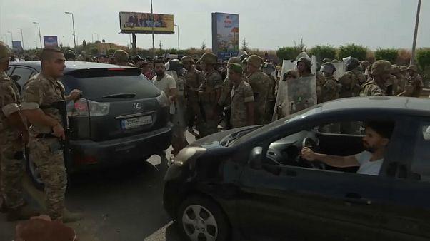 شاهد: محتجون يقطعون الطرقات في مختلف أنحاء لبنان