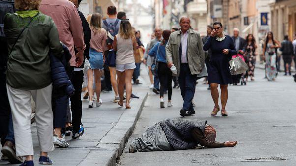 أحد المستولين في شوارع روما بإيطاليا