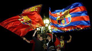 مشجعون لبرشلونة يحتفلون بفوز النادي منذ أسبوعين في كتالونيا