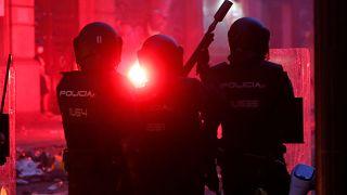شاهد: غضب في برشلونة ومواجهات عنيفة مع الشرطة