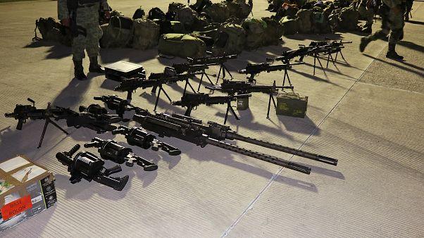 أفراد من الجنود المكسيكيين يعرضون أسلحة بمطار كولياكان بعد يوم من الاشتباكات العنيفة خلال عملية اعتقال نجل إمبراطور المخدرات الذي أطلق سراحه لاحقا