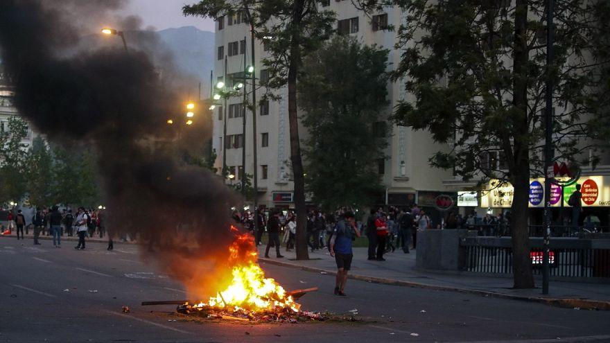 Cile, stato d'emergenza a Santiago dopo scontri per caro trasporti