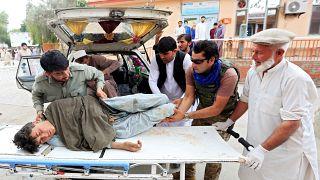 نقل مصاب إلى مستشفى جراء انفجار وقع في مسجد في جلال آباد الأفغانية، 2019/10/18.