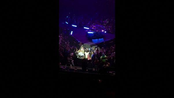 Video: Lady Gaga dans ettiği hayranıyla birlikte sahneden düştü