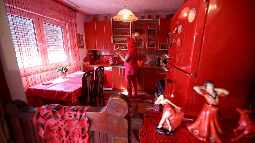زن سرخ بوسنیایی برای بعد از مرگش هم سنگ قبر قرمز سفارش داد