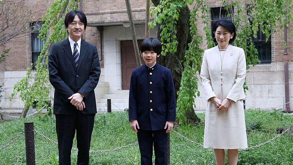 شاهزاده هیساهیتوی آکیشینو با پدر و مادرش
