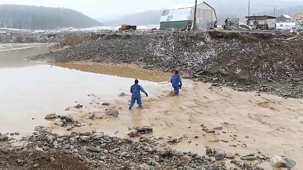 فيديو: مقتل 15 شخصا نتيجة انهيار سد في منجم للذهب في سيبيريا