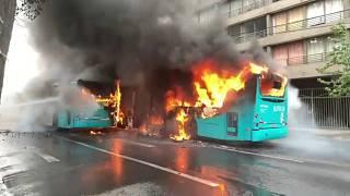 النيران تلتهم حافلتين أثناء احتجاجات عارمة في العاصمة التشيلية سان تياغو  ضد تردي المستوى المعيشي 19-10-2019