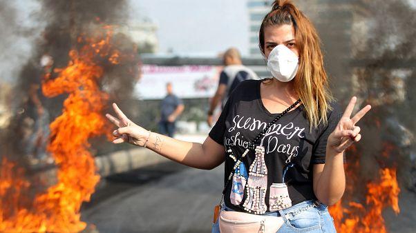 متظاهرة تقف في المنطقة الصناعية في دورا ضواحي بيروت الشمالية. 19/10/2019