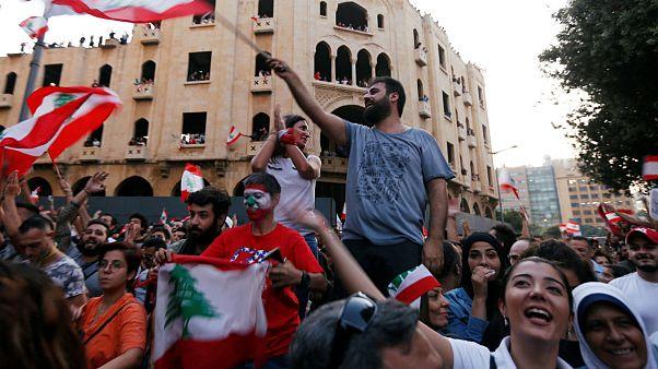 جشن معترضان لبنانی در پی استعفای چهار وزیر و لغو مالیاتهای جدید