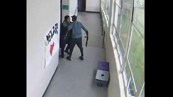 Video: Spor hocası okula tüfekle gelen öğrenciyi sarılarak etkisiz hale getirdi