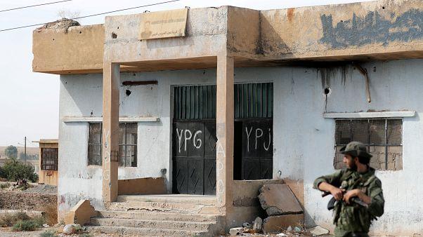 تركيا تعلن انسحاب المقاتلين الأكراد من بلدة رأس العين السورية الحدودية