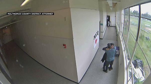 لحظة عناق بين شاب أمريكي مسلح ومدرّب رياضي نجح بسلوكه أن يمنع كارثة حقيقية 17.05.19