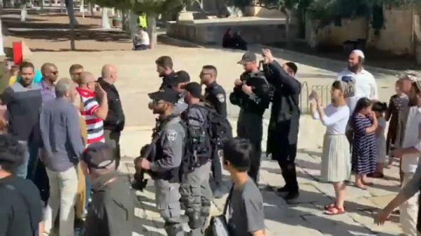 فلسطينيون يجادلون عناصر من القوات الإسرائيلية المرافقة لمستوطنين في باحة المسجد الأقصى - 2019/10/20
