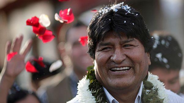 Моралес в лепестках роз: боливийцы выбирают президента
