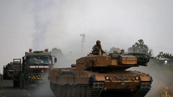 آليات عسكرية تركية على الحدود السورية-التركية