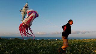Papagaios de papel coloridos povoam céus de Malta