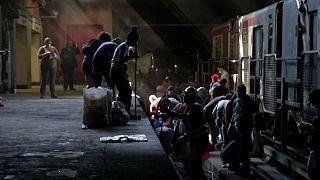 Cientos de personas se reúnen en Santiago de Chile para limpiar el metro tras las revueltas