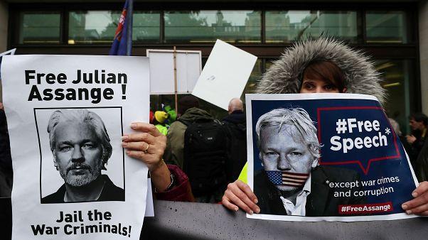 آسانژ سرگشته و معترض به «بیعدالتی» در اولین جلسه دادگاه حاضر شد