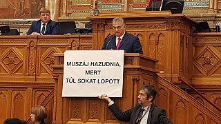Botránnyal indult a parlament