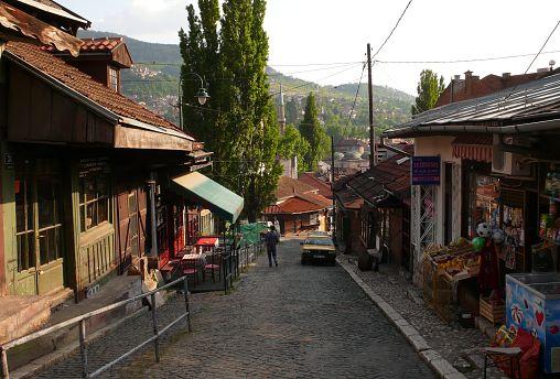 Bosna Hersek'in başkenti Saraybosna'da bulunan eski bir sokak