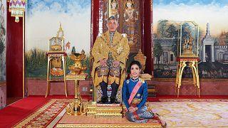 """بعد أسبوع من تجريده لرفيقته ألقابها الملكية.. الملك التايلاندي يقيل حرّاساً ملكيين بسبب """"الزنا"""""""