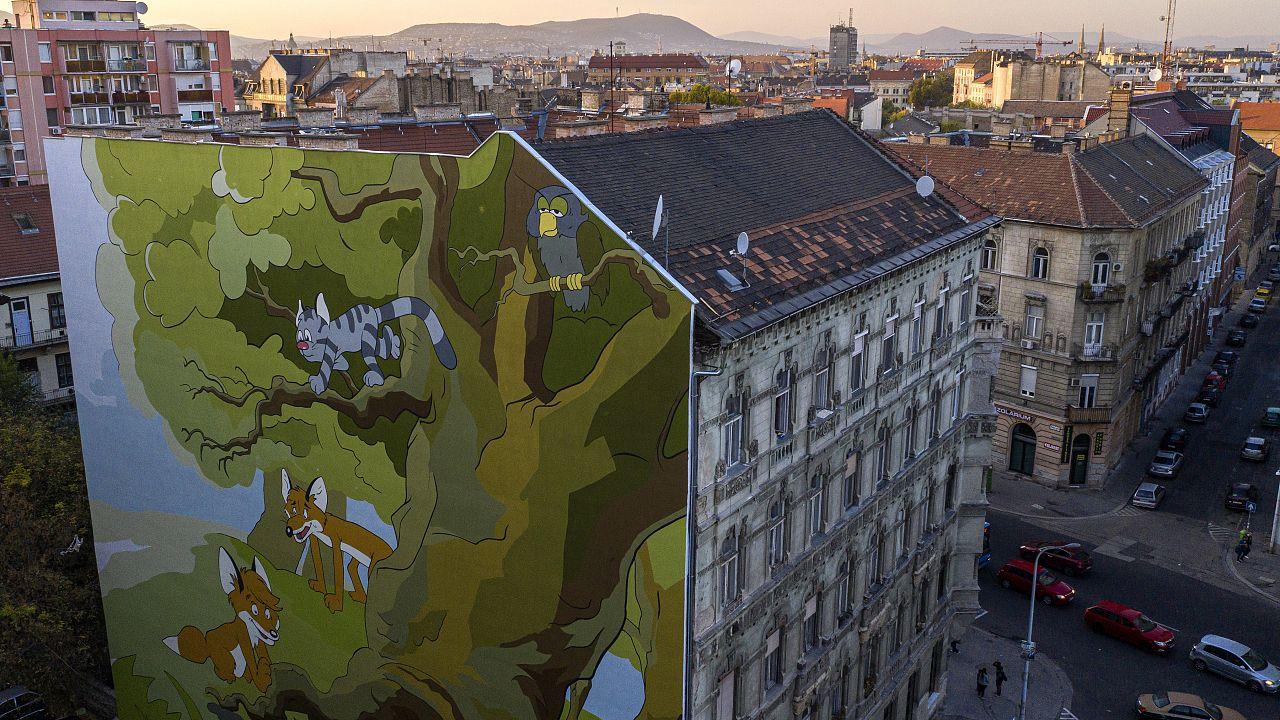 Hatalmas Vuk-festmény egy józsefvárosi házfalon
