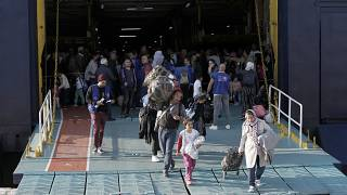 Αιτούντες άσυλο αποβιβάζονται από το πλοίο