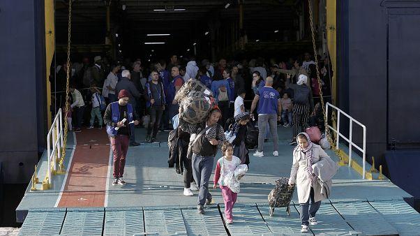 Αιτούντες άσυλο αποβιβάζονται από το πλοίο (ΑΡΧΕΙΟΥ)