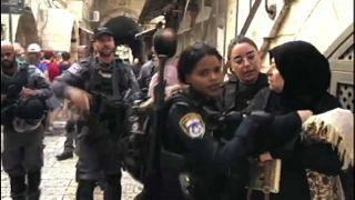 شاهد: الشرطة الإسرائيلية تمنع الفلسطينيين من الدخول إلى المسجد الأقصى لإدخال المستوطنين في عيد العرش