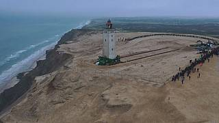 Erosione costiera, la Danimarca mette le ruote al faro e lo arretra di 70 metri