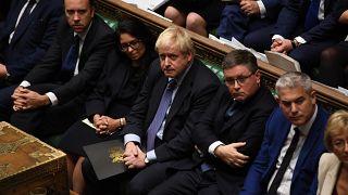 """Boris Johnson annuncia una """"pausa"""" di riflessione"""