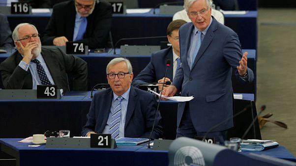 Avrupa Komisyonu Başkanı Jean-Claude Juncker (önde oturan), Avrupa Parlamentosu'nda bir toplantıda