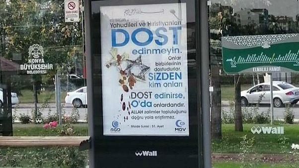 لافتات إعلانية تحتوي على رسالة معادية لليهود والمسيحيين في مدينة قونية التركية
