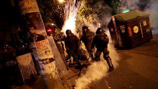 عناصر من الشرطة البوليفية في مواجهة المحتجين في لاباز أمس