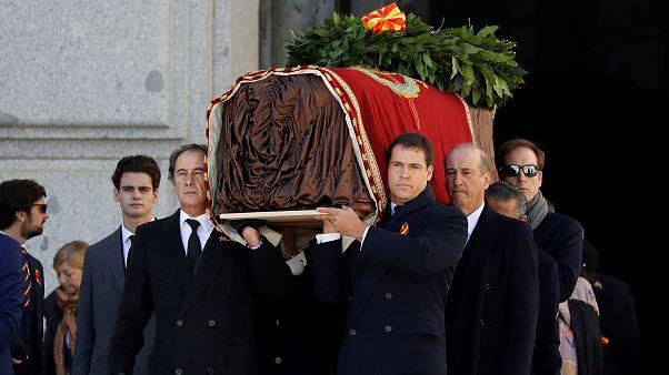 Familiares del difunto dictador español Franco, llevan el ataúd después de la exhumación en el Valle de los Caídos, España, el 24 de octubre de 2019