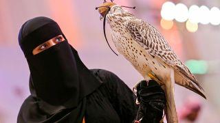 """رغم منحهن جوازات سفر دون موافقة """"ولي الأمر"""".. حركة السعوديات لا تزال مقيدة"""