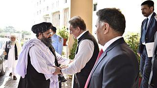 وزير الخارجية الباكستاني شاه محمود قريشي يرحب بالملا عبد الغني باردار، الذي يرأس وفد اللجنة السياسية لحركة طالبان