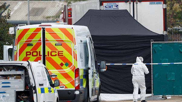 La policía es vista en la escena donde los cuerpos fueron descubiertos en un contenedor de camión, en Reino Unido, el 23 de octubre de 2019
