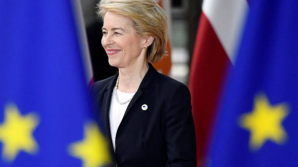 Von der Leyen procura fechar equipa de comissários europeus
