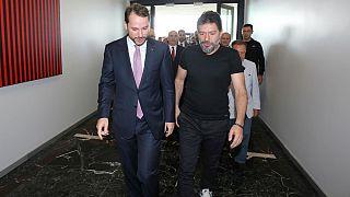 محمد هاکان آتیلا پس از بازگشت به ترکیه(سمت راست تصویر)