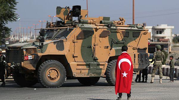 Ein türkisches Militärfahrzeug in der syrischen Stadt Tal Abyad