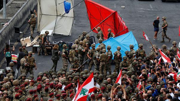 الجيش اللبناني يحاول فتح الطرق بالقوة والمتظاهرون متمسكون بموقفهم