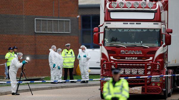 Polícia e equipas forenses junto do camião que transportava 39 pessoas numa câmara frigorífica
