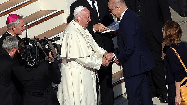 Ο Πάπας Φραγκίσκος συνομιλεί με τον υπουργό Εξωτερικών της Ελλάδας Νίκο Δένδια