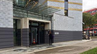 مدخل جانبي لمبنى مفوضية الأمم المتحدة لشؤون اللاجئين حيث أحرق رجل كردي نفسه 23 أكتوبر 2019