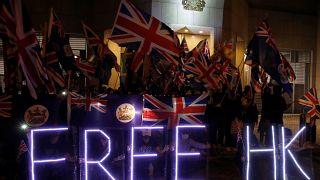 """Hükümet karşıtı göstericiler Hong Kong'taki İngiliz konsolosluğu önünde """"Özgür Hong Kong"""" pankartı açtı."""