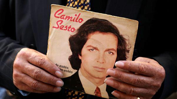 Un aficionado tiene un disco del cantante español Camilo Sesto durante su velada en Madrid, España, el 9 de septiembre de 2019.
