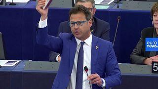 Csokoládét dobálva tiltakozott az EP-ben Salvini pártjának képviselője a török offenzíva ellen