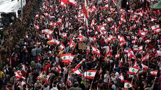 شاهد: اللبنانيون عازمون على البقاء في الشارع وتباين الآراء حول المرحلة المقبلة